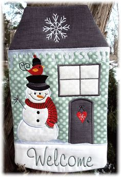 Der Stickbär Winter Welcome House ITH gestickt von Lotta Embroidery Files, Embroidery Patterns, Machine Embroidery, Disney Fabric, Embroidered Clothes, Welcome Home, Mug Rugs, Winter Day, Door Signs