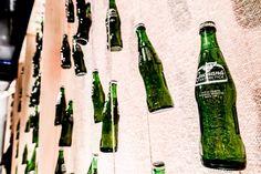 """A palavra guaraná vem do tupi waraná que significa grande cipó da floresta amazônica o fruto é afrodisíaco e possui mais cafeína do que o próprio café. Na exposição """"De Maués Para Suas Mãos"""" promovida pela @guaranaantarctica que fica em cartaz no Studio Dama você pode encontrar outras curiosidades sobre a bebida. A entrada é Catraca Livre nos dias 17 e 20 e 24 e 27 de novembro das 12h às 20h. #publi"""