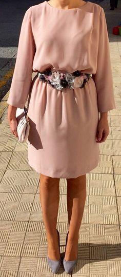 Cinturón de flores en gris plata, rosa palo y negro. 100% confeccionado a mano y por encargo Fashion Details, Diy Fashion, Fashion Dresses, Preppy Style, My Style, Cocktail Outfit, Dress Codes, Party Dress, Cordial