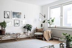 Vardagsrummets volym gör det tacksamt att möblera efter tycke och smak. Karl Gustavsgatan 33 - Bjurfors