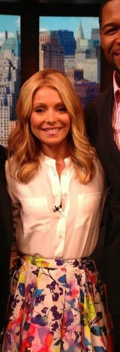 Shirt – Equipment Skirt – Alice + Olivia Equipment Ava Henley Blouse with Pockets Kelly Ripa, Fashion Dictionary, White Button Down, Celebs, Celebrities, Alice Olivia, Button Downs, Nice Dresses, Actresses