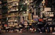 Las fachadas exteriores de Kowloon, llenas de carteles anunciando locales de juego y clínicas dentales