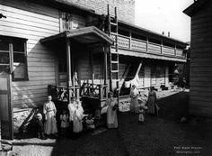 Sisäpiha Kruununhaankatu 3:n ja Konstantininkadun, nykyisen Meritullinkadun kulmassa 1907. Pihapiirissä olivat tavallisesti talli ja vaunuvaja, navetta, aittoja sekä pesu- ja leivintupa. Kuva: Signe Brander.