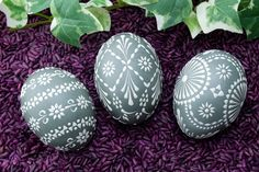Bossiertechnik mit sorbischen Mustern - Be Trendy and Popular ! Cute Easter Bunny, Happy Easter, Egg Shell Art, Dremel Projects, Craft Day, Egg Art, Egg Decorating, Pebble Art, Happiness