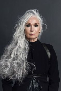 Natural Makeup SILVER - Agence de Top Modèles de plus de 40 ans - Paris - You only need to know some tricks to achieve a perfect image in a short time. Long Gray Hair, Grey Wig, Silver Grey Hair, Curly Gray Hair, Blonde Hair, Emo Hair, Pelo Color Plata, Beautiful Old Woman, Older Women Hairstyles
