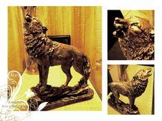 Lobo dorado Autor: Amelifes Estatuilla de arcilla blanca cubierta de diferentes baños de acrílico dorado, trementina y resina.