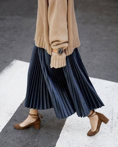 Ideas Skirt Pleated Outfits Modest Fashion - Fushion News Blue Skirt Outfits, Pleated Skirt Outfit, Pleated Maxi, Skirt Ootd, Muslim Fashion, Modest Fashion, Korean Fashion, Street Hijab Fashion, Beige Pullover
