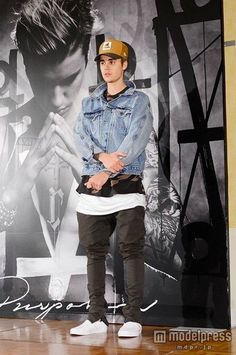 when ur not tryna stand in front of ur best-selling album but it happens anyway ;) i think u look cute Bieber Justin Bieber Moda, Justin Bieber 2015, Justin Bieber Posters, Justin Bieber Outfits, Justin Bieber Style, Justin Bieber Pictures, Justin Baby, Look Fashion, Mens Fashion