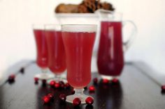 Ингредиенты (на 9 стаканов):  3 стакана клюквенного сока 3 стакана лимонного сока (без мякоти) 3 стакана ананасового сока имбирный эль   Приготовление:  Охладите стаканы, как минимум минут 15-20 подержав их в холодильнике. Смешайте соки и перемешайте. Охлажденные бокалы на две трети заполните пуншем, долейте имбирным элем и подавайте.