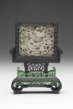 Jade belt plaque with dragon design, approx. 1300-1400. Yuan (1206-1368) or Ming dynasty (1368-1644). Nephrite, with wood stand made in the Qing dynasty (1644-1911). National Palace Museum, Taipei. Photograph © National Palace Museum, Taipei.