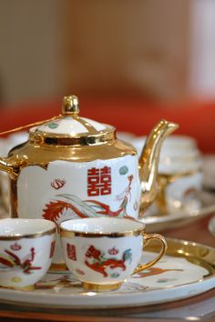 Chinese Wedding Ceremony Tea Pot This is a pretty tea set. I love the gold trim! - Tea Set - Ideas of Tea Set - Chinese Wedding Ceremony Tea Pot This is a pretty tea set. I love the gold trim! Chinese Marriage, Wedding Decorations For Sale, Wedding Ideas, Oolong Tea Benefits, Traditional Chinese Wedding, Oriental Wedding, Chinese Tea, Learn Chinese, Ceramic Birds