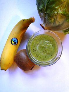 Groene smoothie: 3 kiwi's, 2 bananen, 2 stengels bleekselderij, 4 bladeren ijsbergsla en water