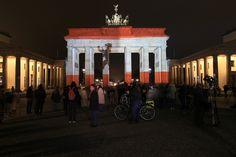 Beleuchtet, zum Gedenken an die Opfer des Anschlags auf den Weihnachtsmarkt am Breitscheidplatz am 2016-12-19. Berliner Landesfahne rot-weiß mit Berliner Bär.
