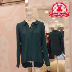 Camisa cerrada de arriba a abajo con cremallera, cremalleras también en las mangas, en color turquesa oscuro. Ideal para combinar con todo tipo de prendas, muy cómoda y versátil. #moda #blusa #camisa #fashion #retro #almacoqueta #leonesp #otoño #invierno #verde #azul #turquesa #cremallera