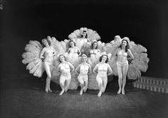 [Gruppebilde av 8 kvinner fra varieté-forestilling] fra marcus.uib.no