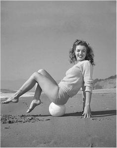 Marilyn Monroe/Norma Jeane. Photo by Andre de Dienes, 1945.