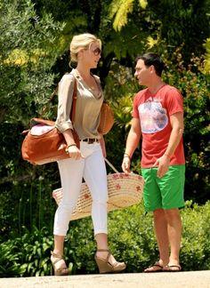 white jeans, silk shirt and a gorgeous bag on katherine heigl.
