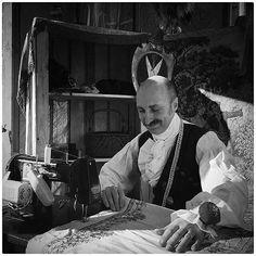 @Regrann from @creatoadarte - [#creatoadarteveneto] Ecco la storia di un sarto di #Venezia. A raccontarcela è @crlmion su La @nuovavenezia.  A dieci anni scuciva vestiti per vedere come erano fatti. Qualche anno dopo Francesco Briggi già sapeva usare ago filo e pure la macchina da cucire. Del resto buon sangue non mente e lui ha nelle vene quello della nonna donna ricordata come un'abile sarta.  Francesco sin da bambino ha avuto la passione per il costume. Da Zorro allUssaro il passo è breve…