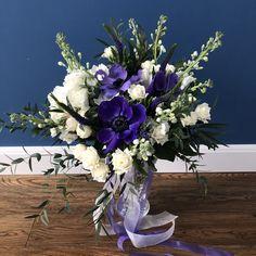 Пышный барочный букет в бело-синей гамме с роскошными анемонами Blue Flowers Bouquet, Glass Vase, Blue And White, Home Decor, Homemade Home Decor, Decoration Home, Interior Decorating