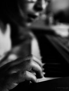 Una delle cose buone che ho fatto in vita mia è imparare a suonare uno strumento. Mi ha permesso di imparare cose nuove, di conoscere altre persone, mi ha tenuto compagnia in molte sere d'inv…
