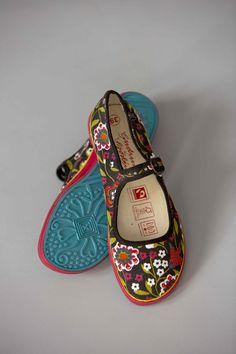 """Frühjahrsmode Basic 2013 - Die Schuhe im China-Look mit dem Muster """"Hedvig"""" haben eine bequeme Gummisohle, die in Akzentfarben eingefärbt ist."""