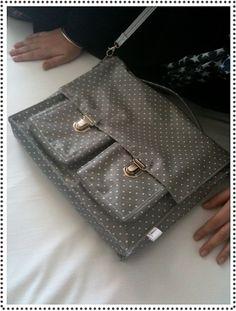 handsak self gemaak Fabric Handbags, Fabric Bags, Diy Sac, Diy Accessoires, Couture Sewing, Couture Bags, Zipper Bags, Sewing Tutorials, Bag Making