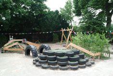klimheuvels van banden met kunstgras, boomstammen en glijbaan, afgezet met hekjes van douglas schaaldelen