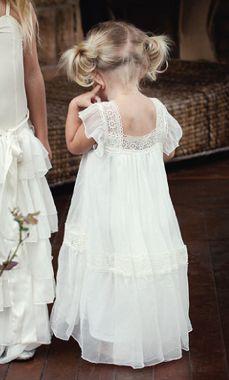 Pajes de boda // Pageboys Con el buen tiempo llegan las flores y las bodas románticas, que mejor que estos angelitos de compañeros :) #pajes #vestidosdeninas