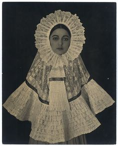 Rosa Covarrubias vestida de tehuana