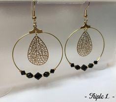 ~ DESCRIPTIF ~ Cette paire de boucles doreilles LAVINIA est composée de créoles, de perles et dune monture en métal doré pour oreilles percées. Couleurs des perles : noir - doré. Dimensions : 4 cm de diamètre. ~ MATERIEL UTILISE ~ - Crochets doreilles en laiton doré - Créoles en laiton doré - Perles ~ ENVOI ~ Les bijoux sont envoyés en courrier suivi dans une enveloppe en papier bulle et soigneusement emballés. ~ PRECAUTIONS DUSAGE ~ Ce bijou est fait à la main et avec soin. Les perles en…