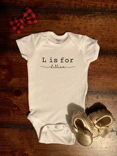 Custom Personalized Onesie Bodysuit for Baby and Toddler Plotter Silhouette Cameo, Cute Onesies, Baby Shirts, Baby Onesie, Newborn Outfits, Future Baby, Baby Love, New Baby Products, Baby Kids