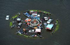 Tajlandia. Samochody zalane przez powódź w mieście Ayutthaya, na północ od Bangkoku, 16 października. Fot. CHRISTOPHE ARCHAMBAULT/AFP/EAST NEWS