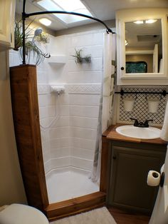 Diy Camper, Camper Storage, Motorhome, Camper Bathroom, Trailer Decor, Rv Living, Tiny Living, Simple Living, Rv Interior