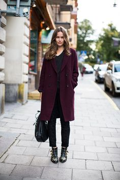 "STREET STYLE : Caroline Blomst from ""stockholmstreetstyle"" wearing a burgundy coat with Chloé boots. Mode Style, Style Me, Simple Style, Caroline Blomst, Susanna Boots, Pijamas Women, Coat Outfit, Swedish Fashion, Winter Stil"