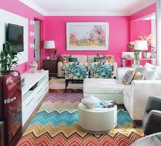 Sala de estar superfeminina <3. Aqui o destaque ficou para as paredes e o tapete, os demais móveis e acessórios ganharam cores neutras e claras para balancear.