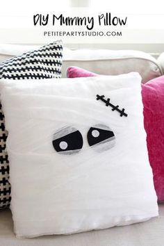 DIY Mummy Pillow and Favor Bags, Make halloween extra fun with some DIY home decor. Mummy pillows are the perfect piece to add to spook up some fun! Spooky Halloween Crafts, Casa Halloween, Halloween Pillows, Diy Halloween Decorations, Holidays Halloween, Halloween Party, Halloween Foods, Halloween Stuff, Halloween Treats