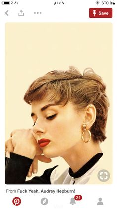 Audrey Hepburn, style and glamour Style Audrey Hepburn, Audrey Hepburn Makeup, Audrey Hepburn Fashion, Audry Hepburn Hair, Sabrina Audrey Hepburn, Audrey Hepburn Pictures, Look Retro, Mode Vintage, Style Vintage
