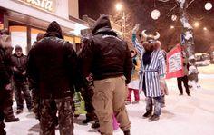 Gruppen som kallar sig för Soldiers of Odin fick under helgen sällskap av en rivaliserande grupp som klär ut sig clowner. HANDOUT / LEHTIKUVA