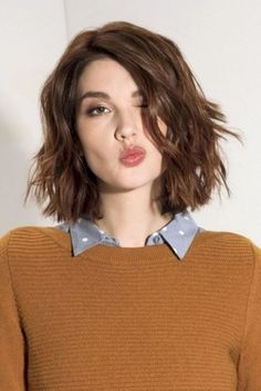 Short haircut and style ideas for women with fine hair. If you like wearing your fine hair short, check out this list of chic new short hairstyles for fine hair Modern Short Hairstyles, Short Hairstyles For Thick Hair, Haircuts For Fine Hair, Short Hair Cuts For Women, Wavy Hair, Curly Hair Styles, Cool Hairstyles, Short Haircuts, Hairstyle Ideas
