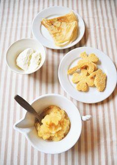 """フランスの手作りおやつ なかなか手づくりのおやつは用意できないというママにおすすめの""""くだものピュレ""""。 りんご、いちご、バナナなど身近なフルーツで手軽に作れるフランスの定番おやつです。 「煮詰めるのでくだもの本来の味が凝縮しておいしい。作りおきしておき、ラスクやクレープにつけたり、フロマージュブランに加えたり。甘みが欲しければあとから砂糖をふってあげるなど、アレンジも自由にできます」と、パリ在住の料理研究家・松長絵菜さん。 日本ではおやつは補食という考えかたがあるけれど、美食の国フランスでは楽しみそのもの。 1歳ごろから甘いデザートをあげる人もいる。 大らかで合理的なフランスママを見ていると、「ごはんを食べてくれなくてストレスに感じるときも、おやつを楽しんで、栄養も少しとれたらそれでいいと思えるようになりました」。 ひと手間かけたおやつはママの心の余裕にも! 手づくりおやつの作り方 写真奥から時計回りに、クレープ、食パンラスク、りんごのピュレ、ヨーグルトのフロマージュブラン 【りんごのピュレの作り方】…"""