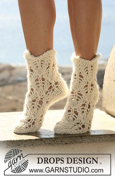DROPS socks with lace pattern in Eskimo. Free knitting pattern by DROPS Design. Crochet Slipper Boots, Knit Shoes, Crochet Slippers, Knit Crochet, Drops Design, Knitting Patterns Free, Free Knitting, Crochet Patterns, Free Pattern