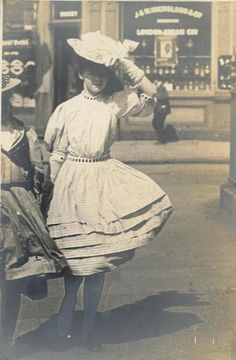 Artist Linley Sambourne took to the streets of Kensington, London to take this photo in 1908 Victorian London, Victorian Photos, Antique Photos, Vintage Pictures, Vintage Photographs, Victorian Era, Old Photos, Victorian Women, Vintage Girls