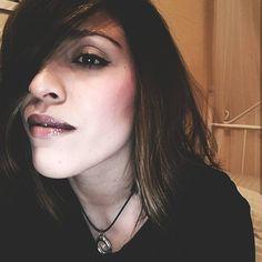 En los labios llevo dos tonos, en el extremo el tono 'make me tonight' de @makeuprevolution y en el interior el número 52 'in tue nude' de…