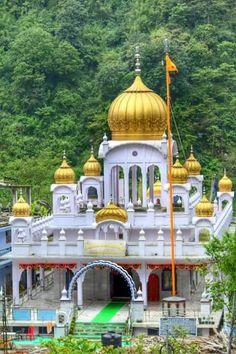 Commomorates visit of Guru Nanak 1498 CE, One of its kind in the Himalayan State (past kingdom). Guru Nanak Ji, Nanak Dev Ji, Russian Architecture, Beautiful Architecture, Sikhism Religion, Shri Guru Granth Sahib, Temple Design, Indian Temple, World Religions