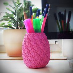 Buntes Büro-Zubehör: Der fröhliche Ananas Stifthalter in knalligem Pink als…