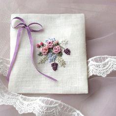 Я не знаю, что это и для чего. Просто желание делать какую-то нежнятину) Наверное, наша дееевочка так на меня действует . Пока ничего для малышки не шью, перестраиваюсь и настраиваюсь внутри. А вообще, это как бы конвертик, украшенный сзади кружевом. Можно вложить мешочек с травами или жемчуга хранить . #embroidery #рококо #вышивка #саше