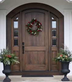 cool 55 Beautiful Front Door Christmas Décoration Ideas https://about-ruth.com/2017/10/18/55-beautiful-front-door-christmas-decoration-ideas/