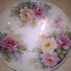 Lucrezia Damiani Hand Painted Plates, Plates On Wall, China Painting, Tole Painting, Painted Porcelain, China Porcelain, Decoupage Vintage, Painting Patterns, Floral