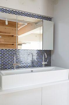 タイル張りの洗面所(街を見下ろす開放的な間取りの家)- トイレ/バス事例|SUVACO(スバコ)