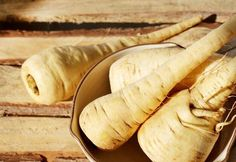 Idénynövény: miért együk, mitől egészséges a pasztinák? Hot Dog Buns, Hot Dogs, Izu, Bread, Food, Brot, Essen, Baking, Meals